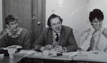 SIR MALCOLM BRADBURY WRITER, WITH STUDENTS AT UNIVERSITY OF EAST ANGLIA IN THE EIGHTIES