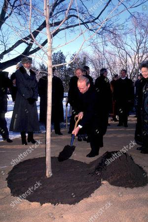 VLADIMIR PUTIN RUSSIAN PRESIDENT PLANTING MAPLE TREE , OTTAWA, CANADA