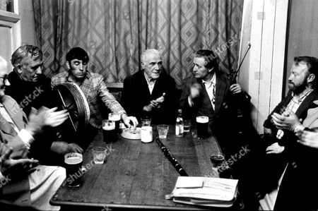 IRISH MUSICIANS PLAYING IN A PUB : ATHY CO. KILDARE, IRELAND EIRE - 1981.