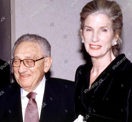 HENRY AND NANCY KISSINGER AT JO DIMAGGIO AWARD DINNER FOR LUCIANO PAVAROTTI, NEW YORK, AMERICA. - 00/01/01