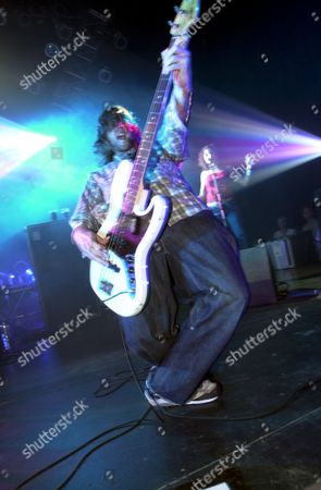 JACK BESSANT OF REEF PERFORMING AT HALL FOR CORNWALL , TRURO , BRITAIN - 28/01/01