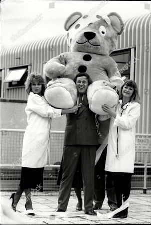 Joanna Lumley Terry Wogan And Sue Cook With Pudsey Bear For The Children In Need Television Programme.
