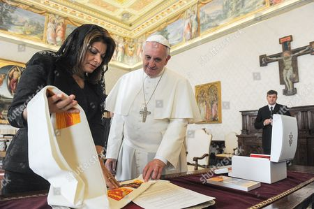 Laura Chinchilla and Pope Francis I exchange gifts