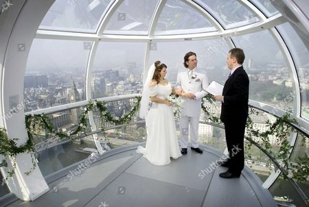 SIMON STAPLETON AND DAWN BOTTOMLEY MARRY IN A CIVIL CEREMONY 450 FT ABOVE LONDON. SERVICE PERFORMED BY SUPERINTENDANT REGISTRAR RICHARD EDWARDS