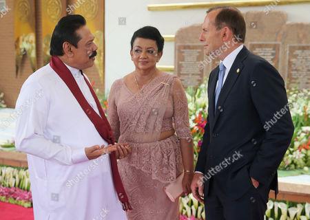 Australian Prime Minister Tony Abbott chats with Shiranthi Rajapaksa and President Mahinda Rajapaksa of Sri Lanka
