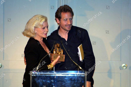 LAUREN BACALL RECIEVES THE JULIA HARRIS LIFE TIME ACHIEVEMENT AWARD, WITH HER SON SAM ROBARDS.