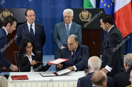 Yamina Benguigui and the palestinian education minister during a signing ceremony, Francois Hollande and Mahmoud Abbas