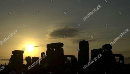 THE SUNRISE OVER STONEHENGE ON SUMMER SOLSTICE