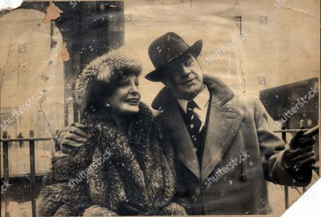 Television Programme 'an Englishman Abroad' 1983 - Coral Browne & Alan Bates On Scene In Glasgow Yesterday For T.v. Drama 'an Englishman Abroad' Directed By John Schlesinger.