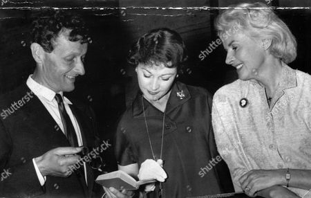 Ann Todd Right With Vivien Leigh And Producer Jean-louis Barrault Together For The Play 'duel Of Angels' At The Apollo Theatre Manchester.