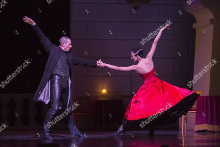 Jonathan Ollivier as The Swan and Michela Meazza as The Queen
