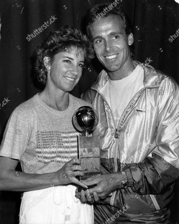 Tennis Players Chris Lloyd (chris Evert) And Husband John Lloyd Holding The Pretty Polly Classic Trophy. Chris Won The Event In Brighton.