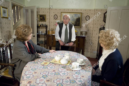 Coronation Street - Ep 8152 Friday 21 June 2013 at 7.30pm Norris Cole [MALCOLM HEBDEN] nurses Emily Bishop [EILEEN DERBYSHIRE] as she struggles with a sprained ankle Rita Tanner [BARBARA KNOX] comes to visit. hotographer - Joseph Scanlon