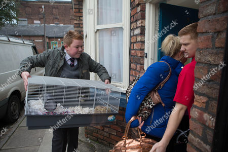 Ep 8309 Monday 27 January 2014 - 1st Ep Beth Tinker, as played by Lisa George, Craig Tinker, as played by Colson Smith, and Kirk Sutherland, as played by Andy Whyment, move in with Chesney Battersby-Brown, as played by Sam Aston, and Sinead.