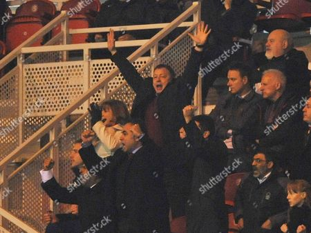 Billy Davies manager of Nottingham Forest (C) celebrates Darius Henderson of Nottingham Forest scoring their first goal