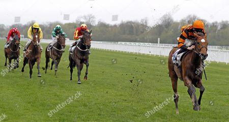 GREVILLEA (William Twiston-Davies) beats INTERMATH (centre) and JAAHIEZ (2nd left) in The New Horseracing Odds At unibet.co.uk Handicap Windsor