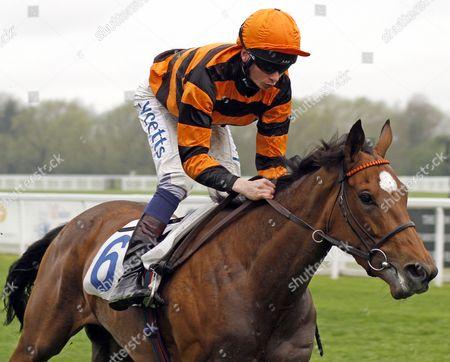 GREVILLEA (William Twiston-Davies) wins The New Horseracing Odds At unibet.co.uk Handicap Windsor