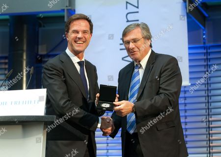 Dr. Wolfgang Gerhardt, Chairman of the Board of the Friedrich Naumann Foundation for freedom, hands over the Friedrich Naumann medalie to Netherlands Prime Minister Mark Rutte.