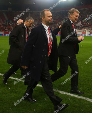 Manchester United manager David Moyes gets a reassuring pat on the back from executive vice-chairman Edward Woodward as they walk on the Karaiskaki Stadium pitch before kick off
