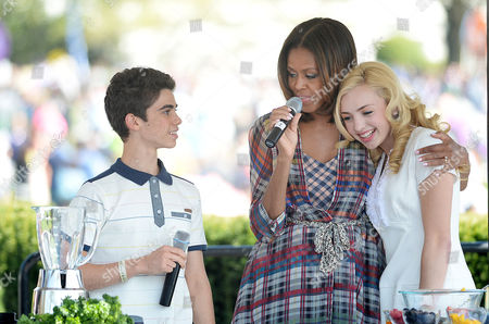 Comedian Peyton List (R) and Cameron Boyce (L) make a healthy drink with First Lady Michelle Obama during the annual White House Easter Egg Roll.