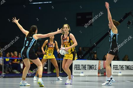 Sara Bayman of Manchester Thunder looks to pass the ball