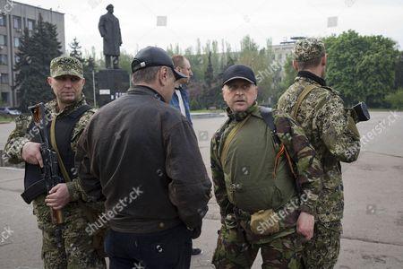 Self declared mayor Vyacheslav Ponomarev (2R) speaks with civilians on Lenin Square
