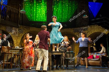 Stock Image of 'Fings Ain't Wot they Used T'be' - Jessie Wallace (table), John Olohan (bar), Ruth Alfie Adams, Ryan Molloy, Stefan Booth (seated), Vivien Carter and Suzie Chard