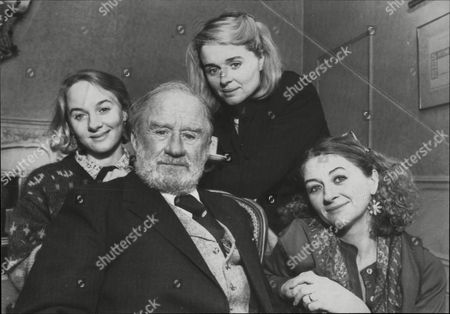 Cyril Cusack With His Actress Daughters L-r: Niamh Sinead And Sorcha.