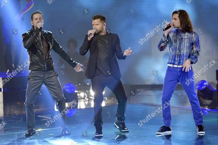 Ricky Martin sings with competitors Giuseppe Maggioni, Tommaso Pini
