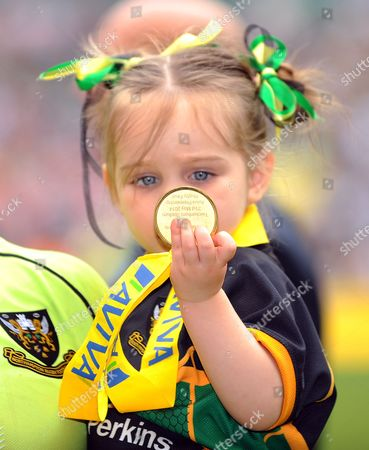 Ben Foden daughter, Aoife Belle admires her Dads medal - Rugby Union - Saracens v Northampton Saints - Aviva Premiership Final - at Twickenham Stadium, Middlesex UK.   Photo  Credit - Tom Dwyer/Seconds Left Images - All rights reserved