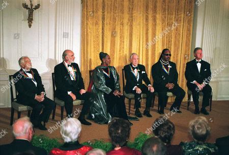 1999 Kennedy Center Honorees Victor Borge, Sean Connery, Judith Jamison, Jason Robards and Stevie Wonder sit with United States President Bill Clinton at a White House reception in their honor hosted by the President and first lady Hillary Rodham Clinton.