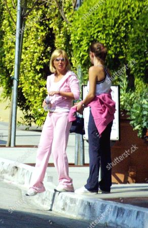 Editorial photo of GERI HALLIWELL IN SANTA MONICA WITH HER SISTER, AMERICA - 27 MAR 2002
