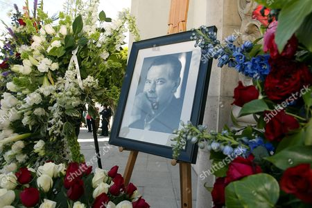 Picture of Robert Urich with floral tributes