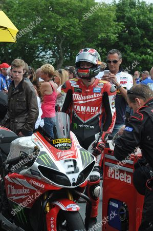 Ian Hutchinson waiting on the grid for the start of racing