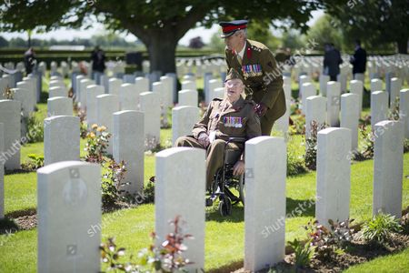 99 yr old Ken Scott of the Durham Light Infantry with Col Simon Hutchings