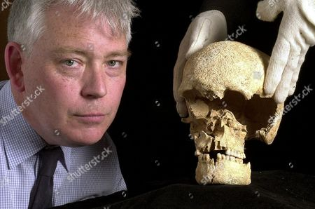 DR ANDREW FITZPATRICK WITH THE SKULL OF THE 4,300 YEAR OLD BRONZE AGE MAN WHO MAY HAVE BEEN A TRIBAL LEADER OR KING. HE MAY HAVE BEEN KING IN THE STONEHENGE AREA AT THE TIME THAT THE FIRST STONES WERE ERECTED.