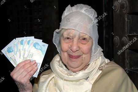 ANNA WING WITH THE NEW £5 NOTE FEATURING PRISON REFORMER ELIZABETH FRY