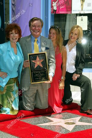 ROBERT WAGNER WITH DAUGHTERS KATIE (R) AND COURTNEY WAGNER AND WIFE JANE