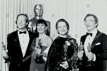 FILM STILLS OF AWARDS - OSCARS, 1985, ACADEMY AWARDS CEREMONIES, ACCESSORIES, AWARDS - ACADEMY, BEST ACTOR, BEST ACTRESS, BEST DIRECTOR, BEST SUPPORTING ACTRESS, DOROTHY CHANDLER PAVILION, WILLIAM HURT, ANJELICA HUSTON, OSCAR (ACADEMY AWARD STATUE), GERALDINE PAGE, SYDNEY POLLACK, OSCAR RETRO, OSCAR (PERSONALITY), HOLDING AWARD, GROUP IN 1985