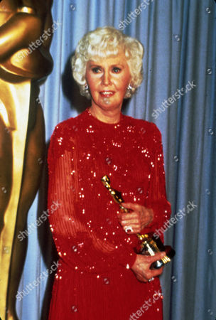 FILM STILLS OF AWARDS - OSCARS, 1981, ACADEMY AWARDS CEREMONIES, ACCESSORIES, AWARDS - ACADEMY, DOROTHY CHANDLER PAVILION, HONORARY AWARD, OSCAR (ACADEMY AWARD STATUE), BARBARA STANWYCK, HOLDING AWARD, OSCAR RETRO, OSCAR (PERSONALITY) IN 1981