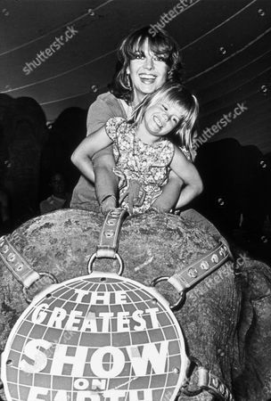 FILM STILLS OF 1979, CIRCUS, ELEPHANT, FAMILIES (REAL), MOTHER & DAUGHTER, COURTNEY WAGNER, NATALIE WOOD IN 1979