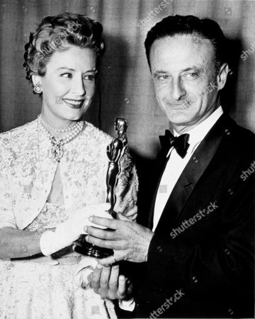 FILM STILLS OF 'FROM HERE TO ETERNITY' WITH AWARDS - OSCARS, 1953, ACADEMY AWARDS CEREMONIES, AWARDS - ACADEMY, BEST DIRECTOR, DRAMA, IRENE DUNNE, HAWAII, LOVE (WARTIME ROMANCE), MILITARY-LIFE, HOLLYWOOD PANTAGES THEATRE, ROMANCE, WAR, FRED ZINNEMAN, FRED ZINNEMANN, HOLDING AWARD, OSCAR RETRO IN 1953