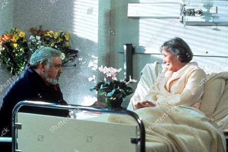 Stock Photo of FILM STILLS OF 'PERRY MASON: THE CASE OF THE DESPERATE DECEPTION' WITH 1992, RAYMOND BURR, CHARACTER, PERRY MASON, TERESA WRIGHT IN 1992