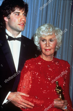 FILM STILLS OF AWARDS - OSCARS, 1981, ACADEMY AWARDS CEREMONIES, ACCESSORIES, AWARDS - ACADEMY, DOROTHY CHANDLER PAVILION, HONORARY AWARD, OSCAR (ACADEMY AWARD STATUE), BARBARA STANWYCK, JOHN TRAVOLTA IN 1981