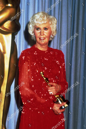 FILM STILLS OF AWARDS - OSCARS, 1981, ACADEMY AWARDS CEREMONIES, ACCESSORIES, AWARDS - ACADEMY, DOROTHY CHANDLER PAVILION, HONORARY AWARD, OSCAR (ACADEMY AWARD STATUE), BARBARA STANWYCK IN 1981