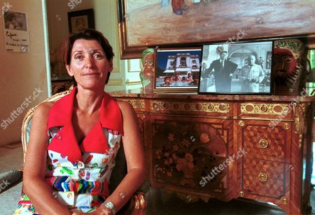 MARINA PICASSO NEXT TO A PHOTOGRAPH OF HER GRANDFATHER PABLO AND HER FATHER PAULO, PARIS FRANCE - 2002