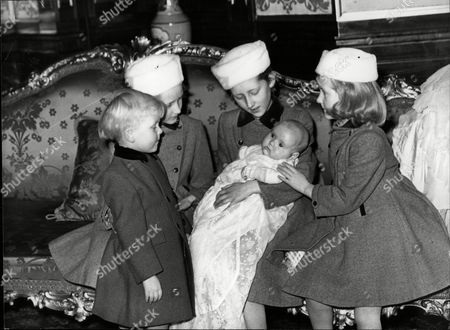 Children Of The 10th Duke & Duchess Of Northumberland. Henry Percy 11th Duke Of Northumberland (l) Caroline Percy (mrs Pierre Comte De Cabarrus) With Lord Ralph Percy On Her Lap Victoria Percy (mrs John Cuthbert) (2nd Left) And Julia Percy (mrs Nicholas Percy) (r).