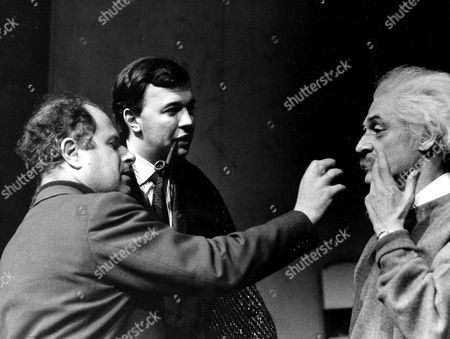 PETER BROOK, PETER HALL AND ALAN WELLS IN 'THE PHYSICISTS' AT THE ROYAL SHAKESPEARE COMPANY, BRITAIN - 1963