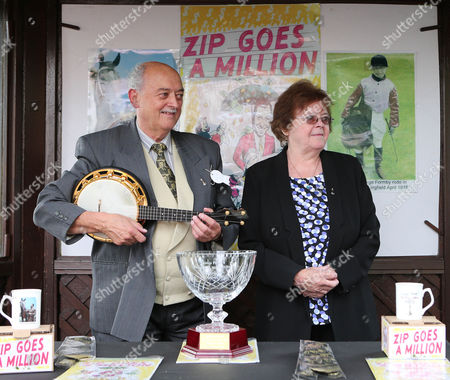Stock Picture of COMPTON PARK and David Allan win the ZIP GOES A MILLION Stakes sponsored by the George Formby Society for trainer Les Eyre at Haydock