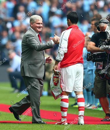 Former Arsenal assistant manager Pat Rice shakes hands with Mikel Arteta of Arsenal before kick off